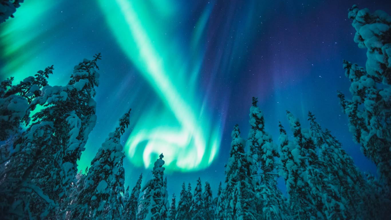 kakslauttanen_northern_lights_3_1366x768